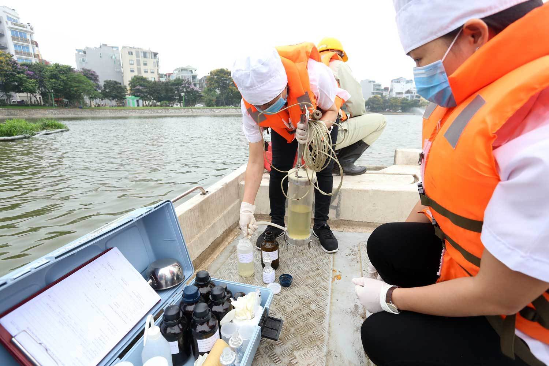 Chủ tịch Hà Nội yêu cầu thanh tra việc sử dụng hóa chất làm sạch hồ