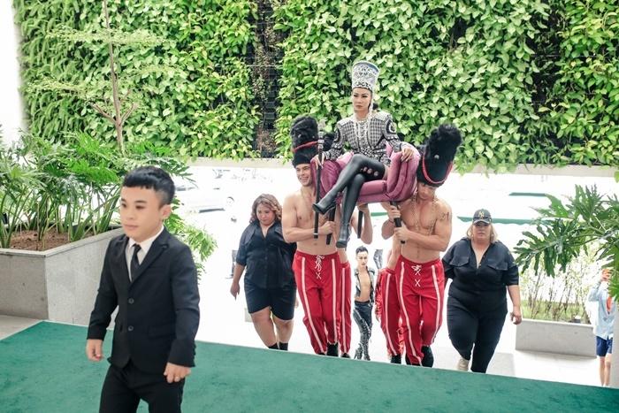 Thu Minh được dàn trai Tây 6 múi khiêng tới sự kiện
