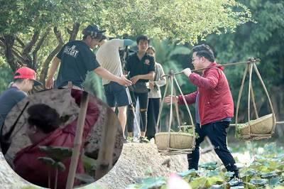 Quang Lê làm gãy cầu dừa, ngã nhào xuống bùn vì quá béo