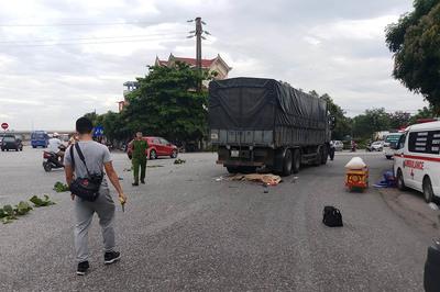 Mẹ cùng con gái 8 tuổi chết thảm dưới gầm xe tải ở Nghệ An