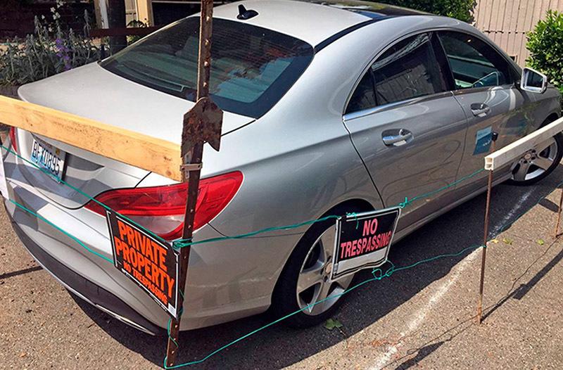 Chủ nhà rào xe Mercedes, đòi tiền vì đỗ không xin phép