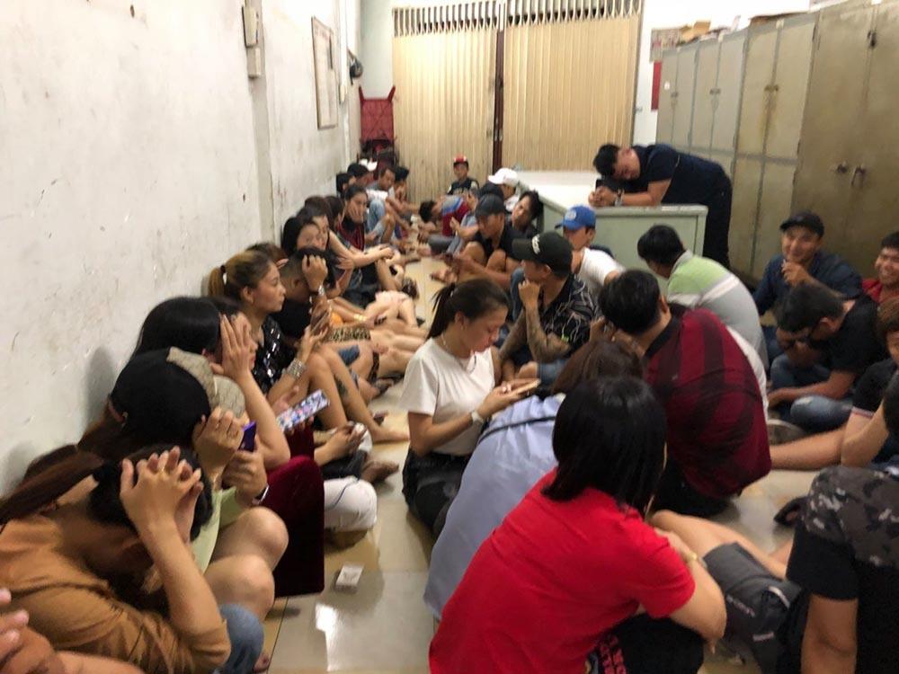 Hàng chục dân bay trong vũ trường ăn chơi có tiếng ở Sài Gòn