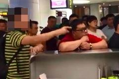 Nhân viên hàng không bị ép quỳ xin lỗi vì chậm chuyến