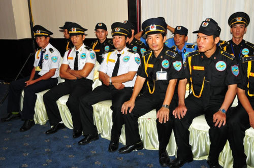 Thu Minh ngồi ghế 4 trai sáu múi khiêng và những lần làm lố của sao Việt