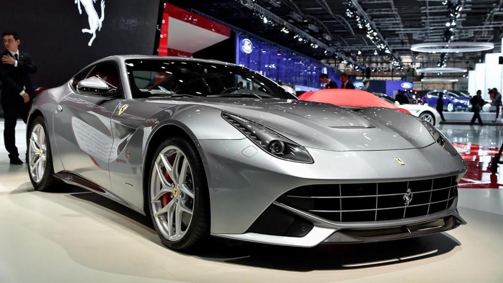 Ferrari LaFerrari: LaFerrari là siêu xe đầu tiên đ,nhưng LaFerrari lại có trọng lượng nhẹ hơn 20%. Sứ,sản sinh công suất 788 mã lực và một động cơ điện