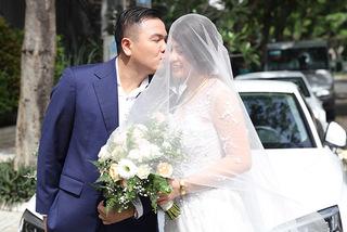 Đạo diễn 'Cua lại vợ bầu' âu yếm hôn vợ 9X trong lễ vu quy