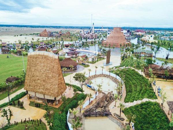 Thiếu nhi nước ngoài 'lạc lối' trên đảo dân gian Vinpearl Land Nam Hội An
