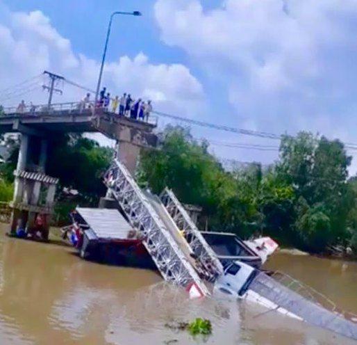 Sập cầu ở Đồng Tháp, xe tải rơi xuống sông
