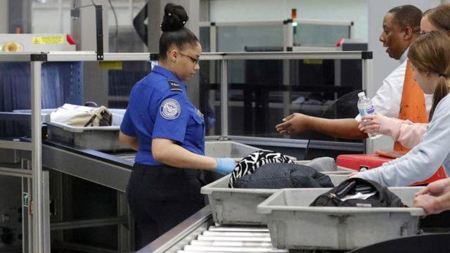 bỏ quên tiền,sân bay,hành khách