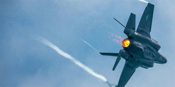 Phi công F-35 Mỹ 'vẽ bậy' trên bầu trời