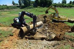 Khai quật khu vực xả thải công ty AB Mauri, chưa phát hiện ống ngầm