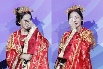 Chi Pu khóc nức nở khi nhận cúp đầu tiên trong sự nghiệp ca hát