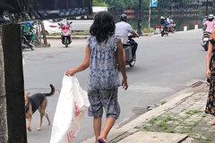 """Đều đặn 8 giờ sáng ra đường lượm rác, câu chuyện của một """"bà điên"""" khiến nhiều người tỉnh cũng phải xấu hổ"""