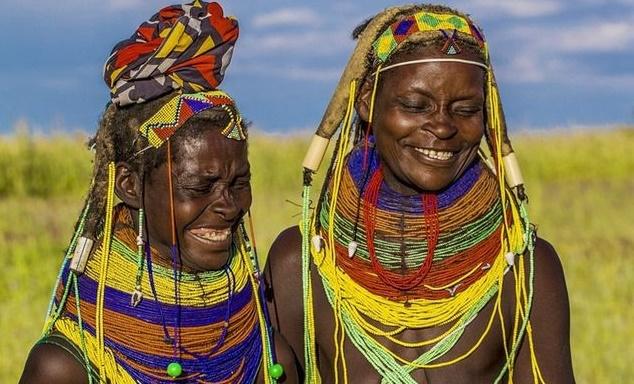 Kỳ lạ bộ lạc dùng phân bò làm phụ kiện thời trang và tạo kiểu tóc!