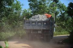 Đoàn xe bật còi 'lạ' hối hả chở đất lấp hồ nước đen giữa tâm bão La Ngà