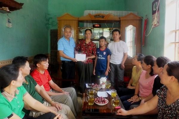 Báo VietNamNet trao 30 triệu cho gia đình không nơi bấu víu ở Thanh Hóa