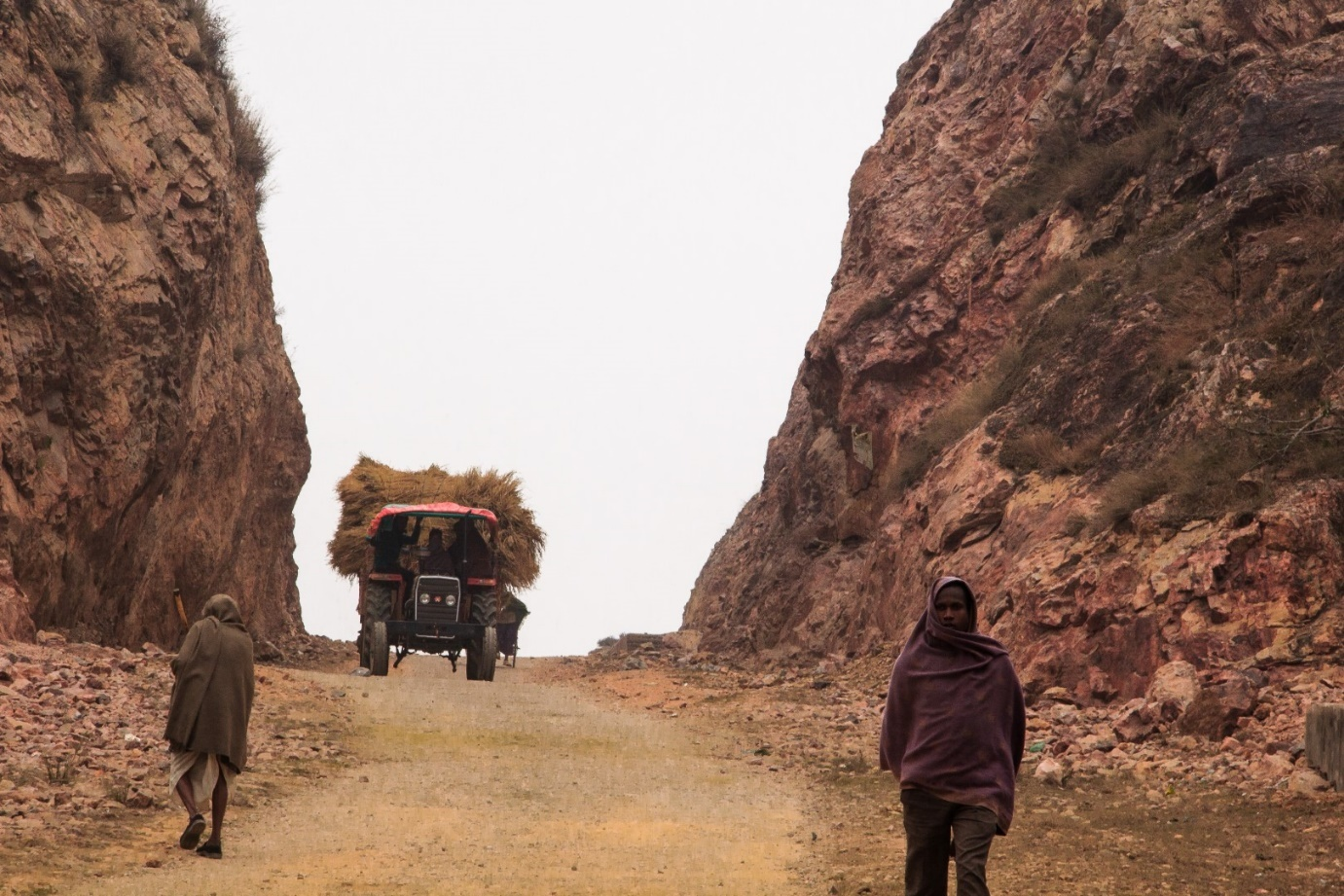 Người đàn ông 22 năm phá núi làm đường vì tình yêu với vợ