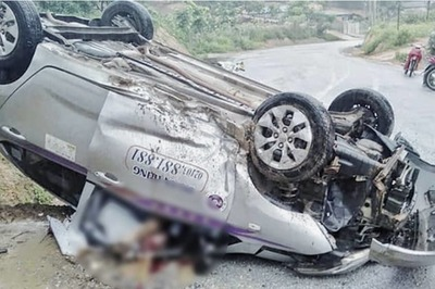 Taxi lật ngửa ở Phú Thọ, tài xế chết trong cabin bẹp rúm
