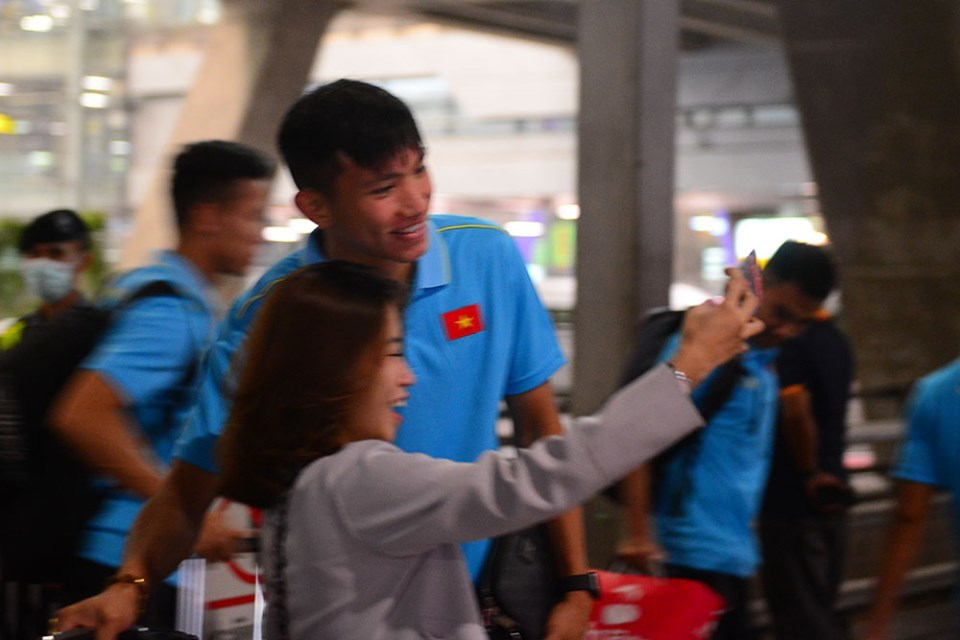 Tuyển Việt Nam đổ bộ Bangkok, chờ đấu Thái Lan