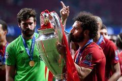 Khoảnh khắc cầu thủ Liverpool ngất ngây trên đỉnh vinh quang