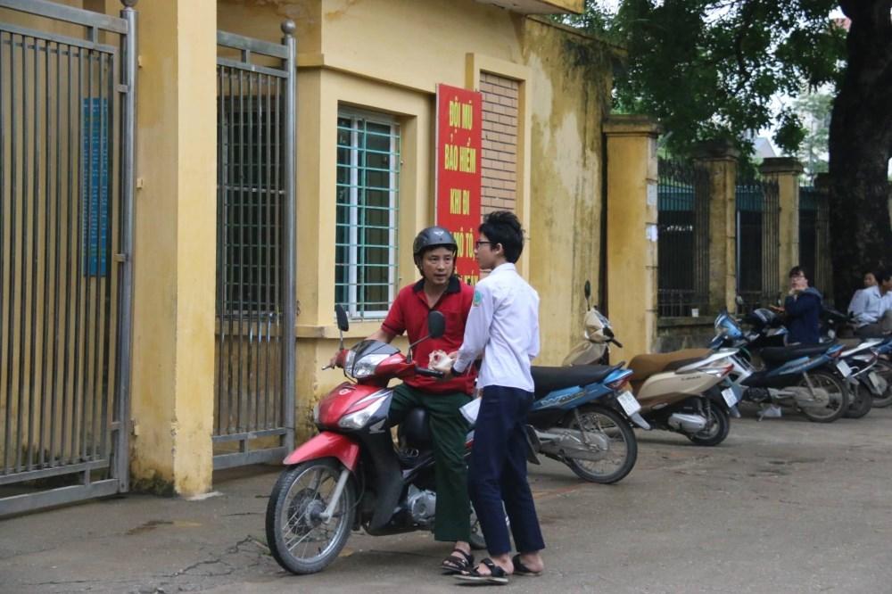 Những hình ảnh đầu tiên thi vào 10 ở Hà Nội và TP.HCM
