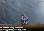 Chàng trai cầu hôn bạn gái ngay kế bên miệng núi lửa