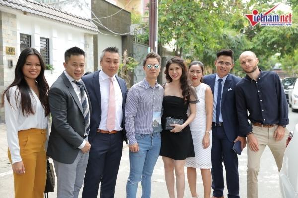 Dương Khắc Linh mang cả dàn xe trắng đón vợ 9x kém 13 tuổi