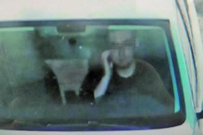 Gãi ngứa, tài xế bị phạt vì cảnh sát tưởng nghe điện thoại