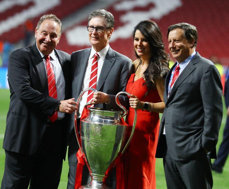 Cầu thủ Liverpool khoe bồ cực xinh trong lễ ăn mừng