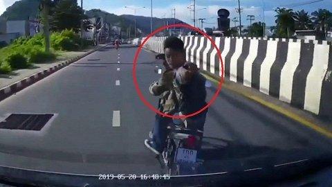 Bị bấm còi, người đi xe máy dùng mũ bảo hiểm phang vỡ kính ô tô