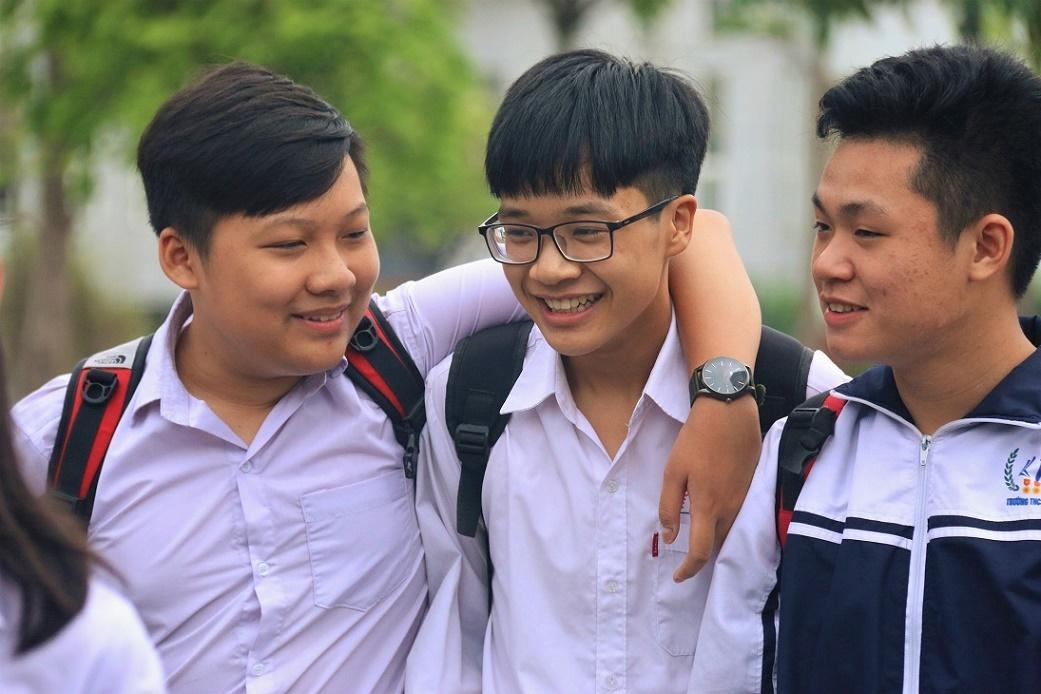 Thí sinh Hà Nội ôm nhau mừng rỡ vì đề Ngữ văn không khó