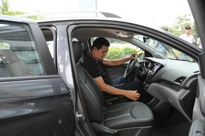 Chen nhau lái thử xe VinFast Fadil