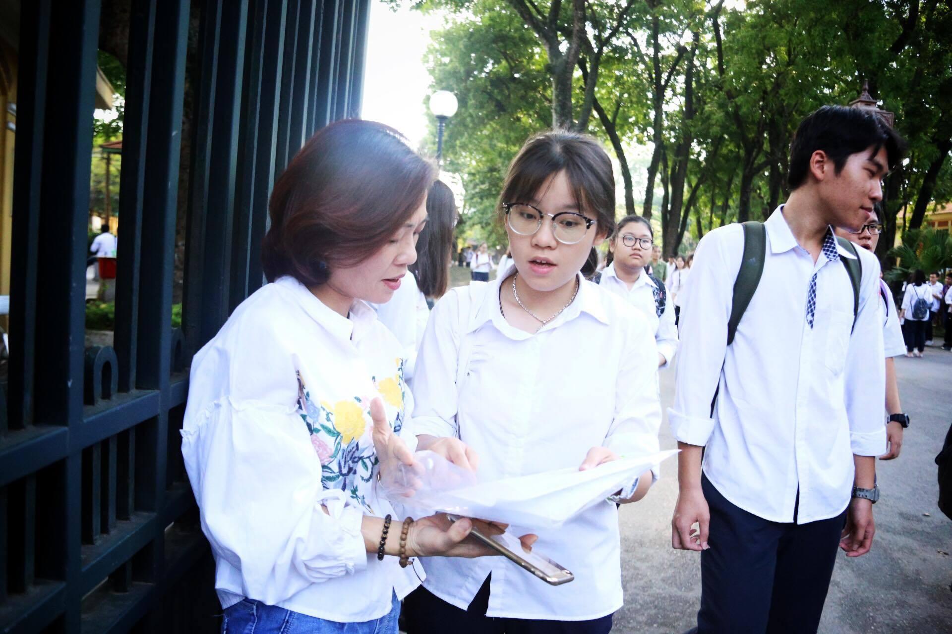 Mẹ con ôm nhau khóc sau giờ thi toán lớp 10 ở Hà Nội
