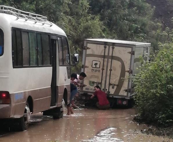 Mưa lớn gây sạt lở, quốc lộ huyết mạch Sơn La bị ách tắc