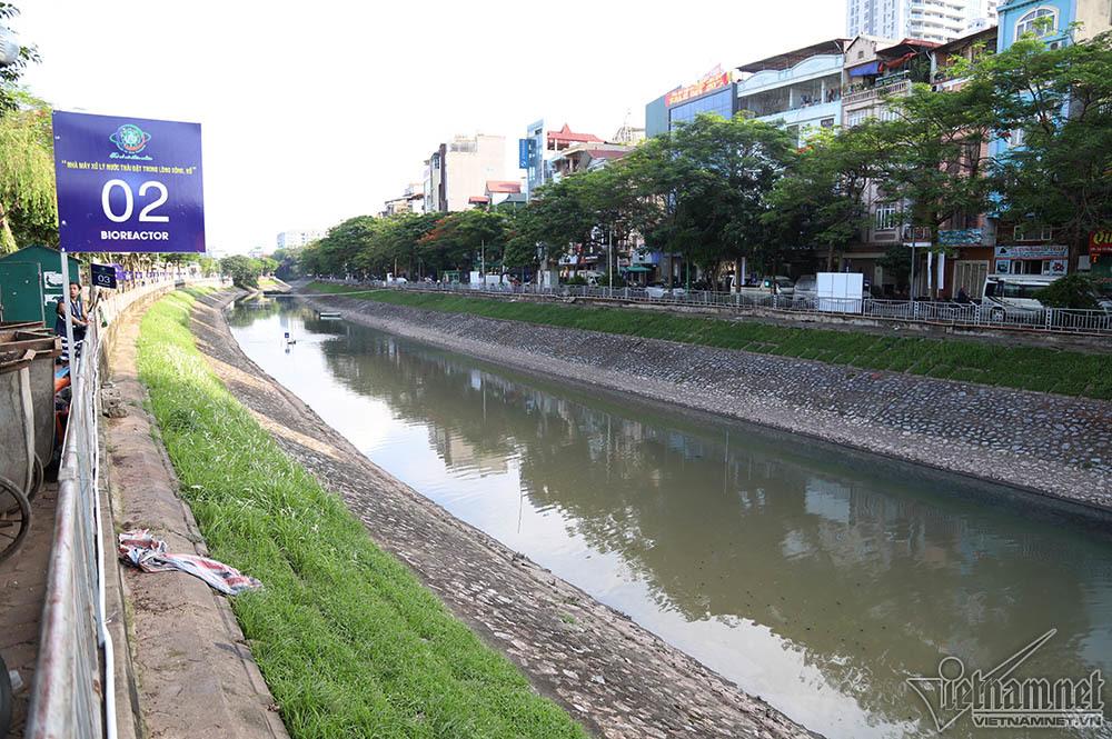 Trải chiếu nằm ngủ, say sưa đọc sách bên bờ sông Tô Lịch