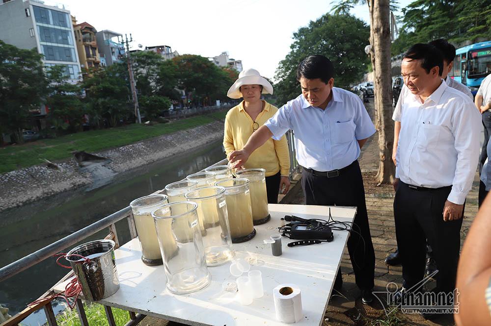 Chủ tịch Hà Nội kiểm tra nước sông Tô Lịch bằng công nghệ châu Âu