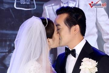 Vợ kém 13 tuổi hát 'I have you' tặng Dương Khắc Linh trong ngày cưới