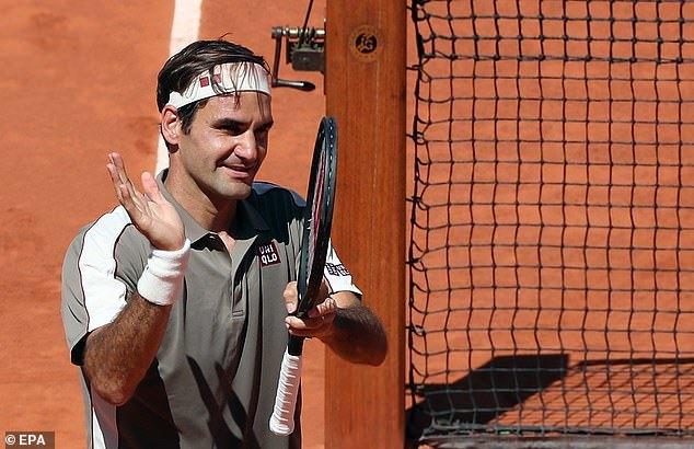 Federer 'tốc hành' vào tứ kết Roland Garros
