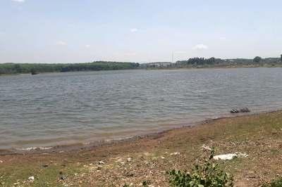 Tự chơi cùng nhau cạnh hồ nước, 2 trẻ nhỏ chết đuối thương tâm