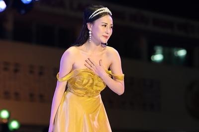Phương Oanh khoe vai trần tại sự kiện thời trang ủng hộ trẻ em nghèo