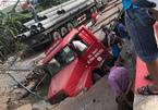 Xe container sập 'hố tử thần', lọt thỏm giữa đường Hà Nội