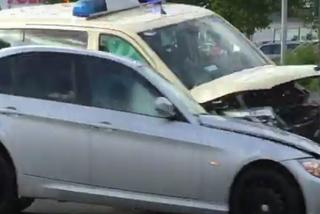 Ô tô BMW lao như tên bắn, đâm vỡ toác đầu xe cứu thương