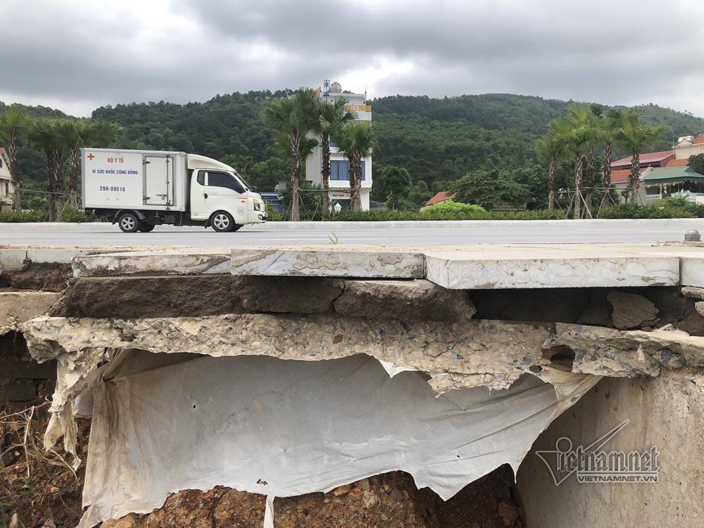 Vỉa hè ở Hạ Long sập sâu 2m sau trận mưa lớn
