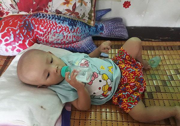 Tiếng khóc não lòng trong đêm của bé gái 15 tháng tuổi