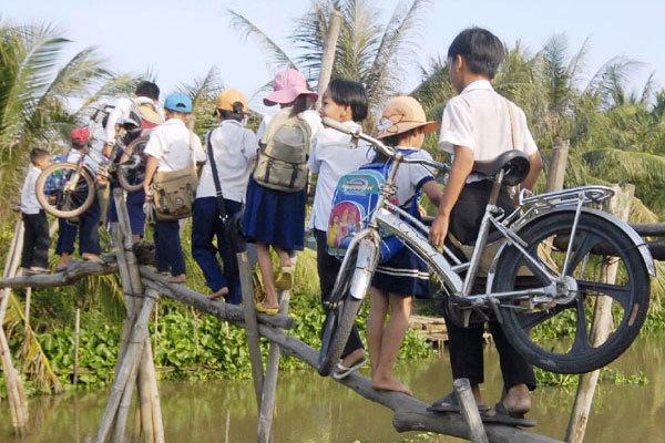 Grab đồng hành xây cầu đến lớp cho trẻ vùng khó