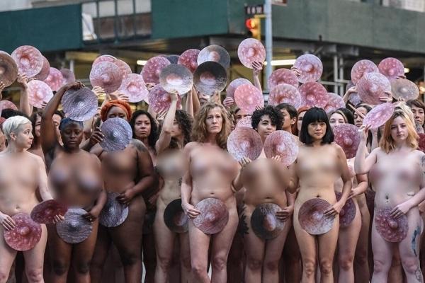 Hàng trăm người biểu tình khỏa thân trước trụ sở Facebook