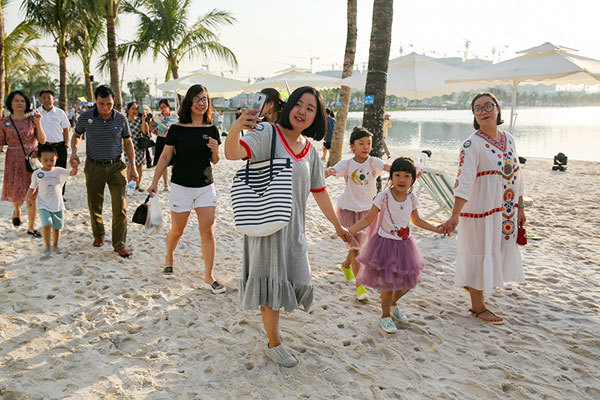 Mỹ Tâm 'phiêu' hết mình trong 'thành phố biển hồ' ở Hà Nội