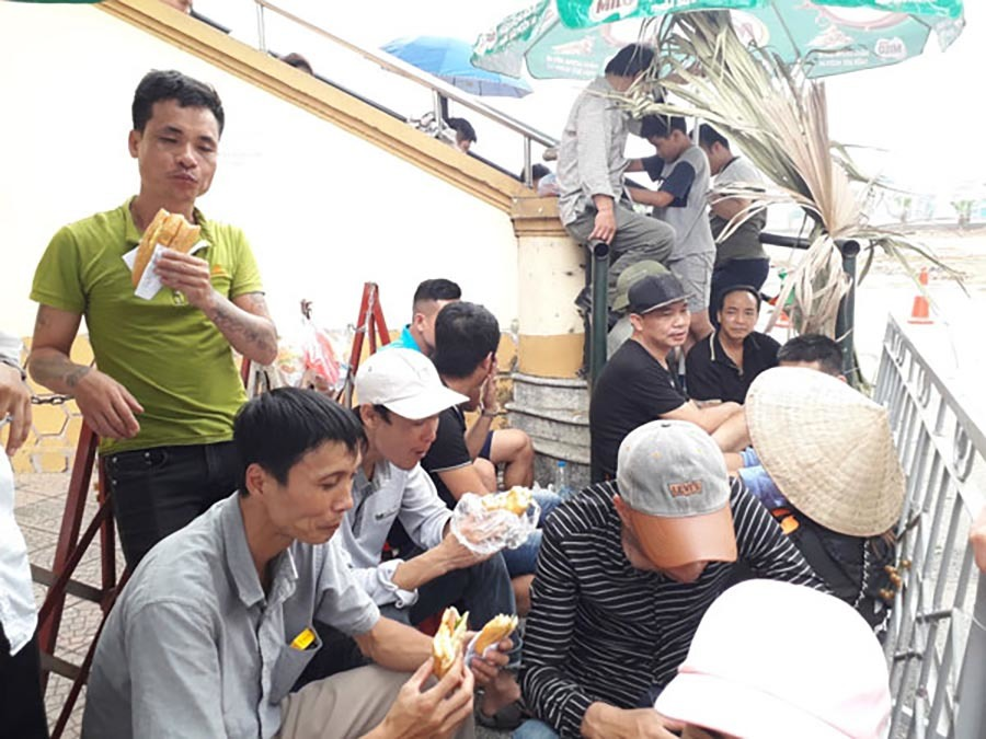 Rồng rắn đội nắng xếp hàng, săn vé U23 Việt Nam đấu Myanmar