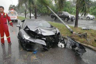 Vội tới đám tang bố, tài xế đâm nát siêu xe Lamborghini triệu đô