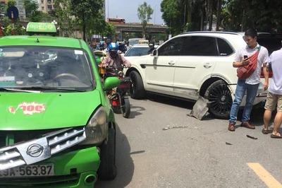 Siêu xe Bentley vượt ẩu bị xe taxi đâm gẫy trục bánh sau